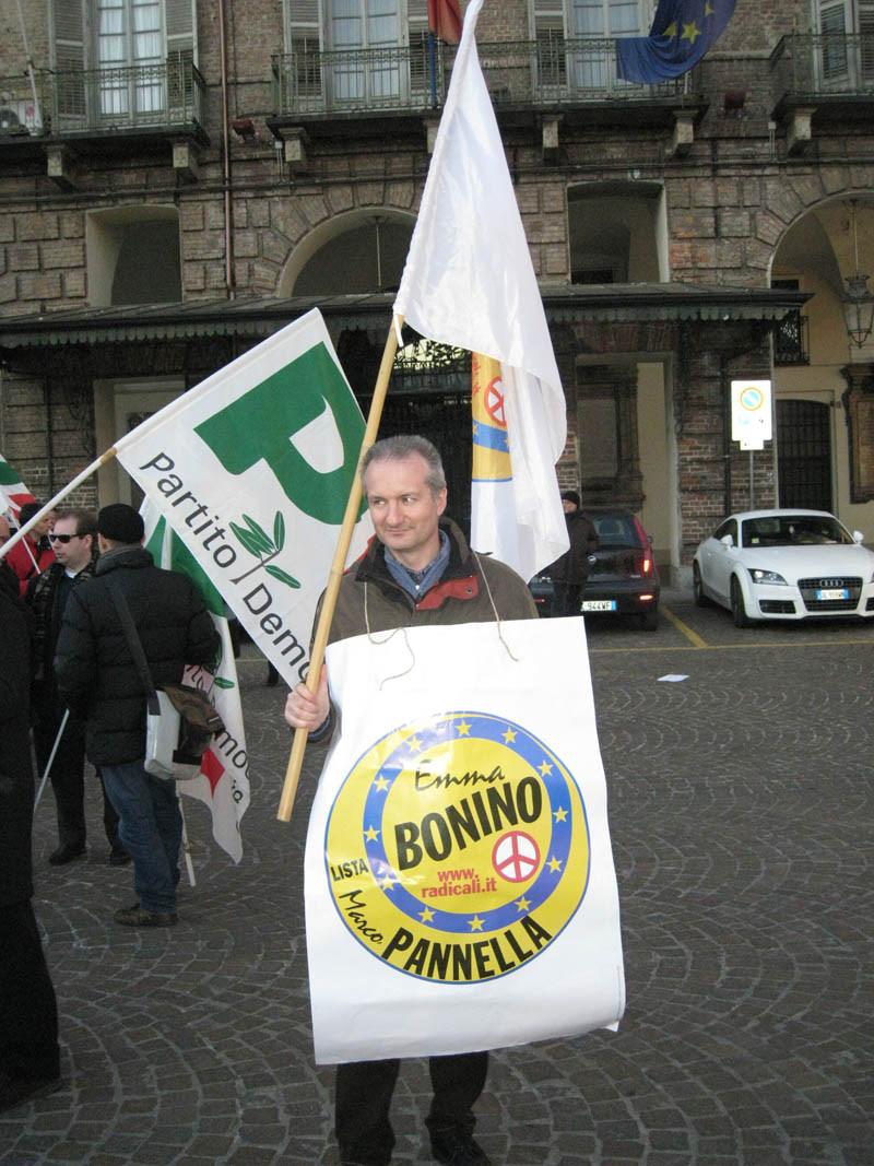 con bandiera lista Bonino Pannella