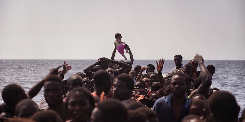 Migranti in attesa di esser soccorsi a circa 20 chilometri dalla costa libica, 4 ottobre 2016 (ARIS MESSINIS/AFP/Getty Images)